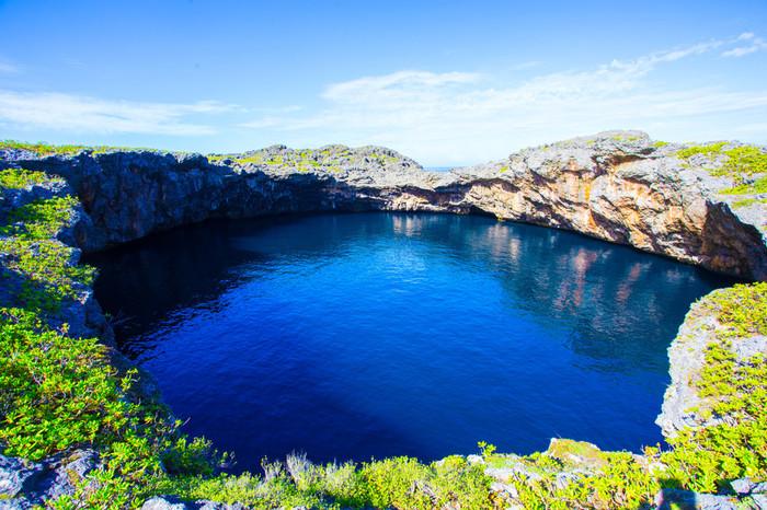 通り池は、伊良部島に隣接する下地島にある大小2つの池です。 大小2つの通り池は、水中では1つの池になって、外海と通じています。陸上から眺めると、吸い込まれるような不思議な雰囲気を持つ通り池は、宮古島エリアでも有数の人気ダイビングスポットの一つです。