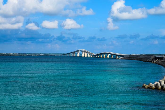 2015年1月31日に開通した伊良部大橋は、宮古島と伊良部島を結ぶ全長3540メートルの橋です。橋の上からは、両側にサファイヤ色に輝く海が広がり、素晴らしい眺望を楽しむことができます。
