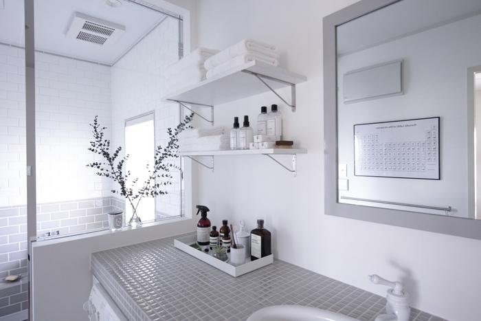 洗面所とお風呂は、ひよりさんがこだわり抜いたという白×グレーのタイルが素敵。ナチュラルで洗練された雰囲気になっていますね。