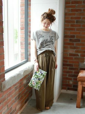 フレンチスリーブのロゴTシャツとワイドパンツのコーデ。パンツがダボッとしていても袖回りのフレンチスリーブが可愛らしくしてくれます。