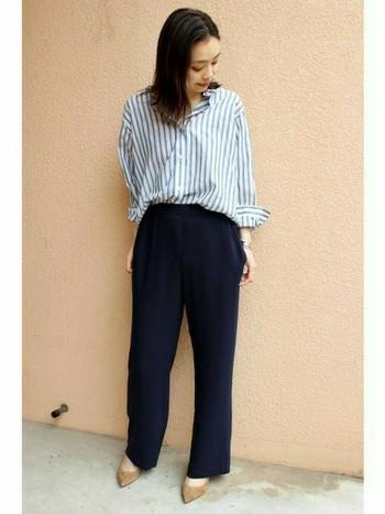 ブルーのストライプのシャツにネイビーのパンツ。リラックス感の中にすっきりと聡明なイメージになります。