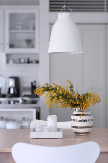 シルバーオマジオに活けてあるのは、ミモザ。ひよりさんのお家を拝見するとそれぞれの季節の綺麗なお花を飾っています。白を基調としたお部屋に花を飾るとお部屋が華やかになりますね。