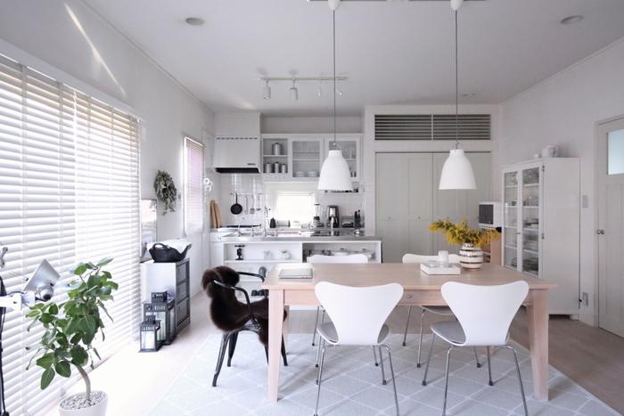 シンプルでおしゃれなひよりさんのお家を見ていきましょう。まずは白を基調としたリビング。洗練された雰囲気が素敵ですね。