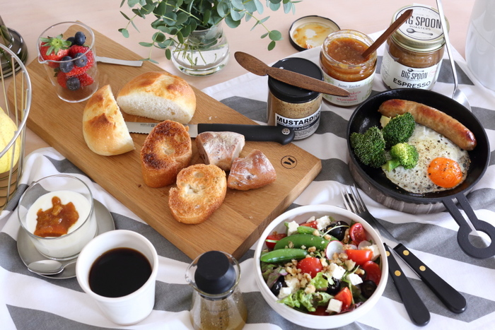 見ているだけでお腹が空いてしまう美味しそうな朝食。パンは大きめのカッティングボードにのせて、目玉焼きはイグ鍋で作って、そのままテーブルへ。