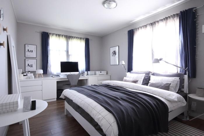 白を基調とした落ち着いた雰囲気の寝室。春夏に向けてカバーを変えるときには、壁に飾っているポスターも変えるんだそう。秋冬は「白樺」で、春夏になると「あじさい」へチェンジ。こういった自分なりのこだわり、大切にしたいですね。