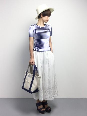 """一見スカートに見えるパンツ""""スカーチョ""""は今年人気のアイテム。裾に施されたレース刺繍が素敵。ボーダーカッソーと合わせて、夏らしいマリンテイストで爽やかに着こなしています。"""