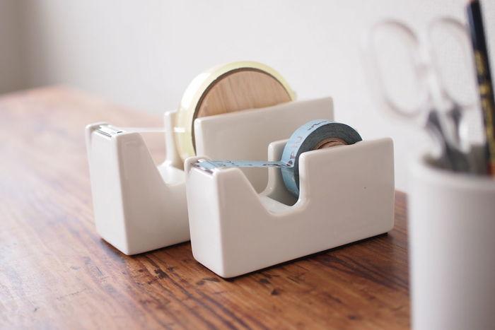 芯の部分に木材が使われていて、裏には滑り止めがついている使い勝手のいいテープカッター。普通のテープだけでなくマスキングテープにも対応したサイズ展開です。お気に入りのマスキングテープをセットして、いつでも使えるようにしたいですね。