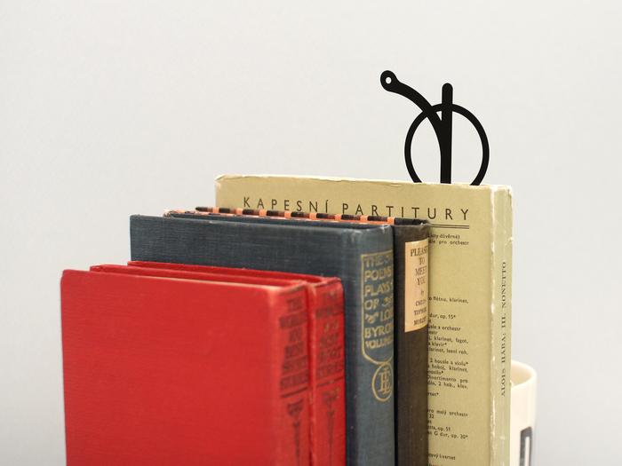 文庫本と一緒に持ち歩くのはもちろん、読みかけの本に挟んでデスクの上に置いておくのもインテリア性が上がる一品です。