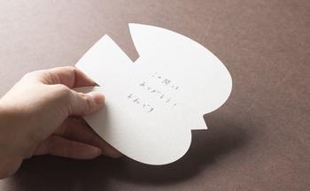 こんな愛らしいカードに「ありがとう」の感謝や「おめでとう」の喜びをそっとつづれば、贈られた側はとても嬉しくなるはず。ほっこり心が温まるようなメッセージカードをいつも用意しておくのも、ステキな女性に一歩近づいた気分になります。