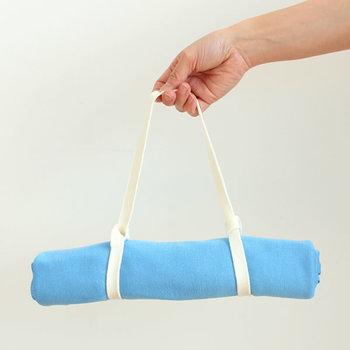 季節の変わり目や旅行など天候や気温が変わりやすいシーンにのおともに、バッグに一枚入れておくと何かと便利。小さく畳むことができるのでかさばらないですし、思ったより寒いときや冷房対策にさらっと羽織ったり首に巻いたりできます。