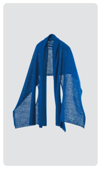 『フレンチリネン』  長方形のニット地の両端に2本スリットの入った、羽織タイプのポンチョです。リネン特有の涼しげなシャリ感と、どんな人でも似合うシンプルなデザインで、幅広い世代の女性に人気があります。