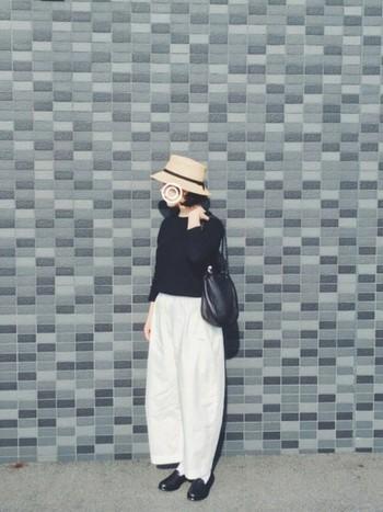 白のワイドパンツを取り入れたリラックスコーデを引き締める、黒のアイテムたち。芯の強い大人の女性を感じます。麦わら帽子で夏らしさとやさしい雰囲気を取り入れて…。