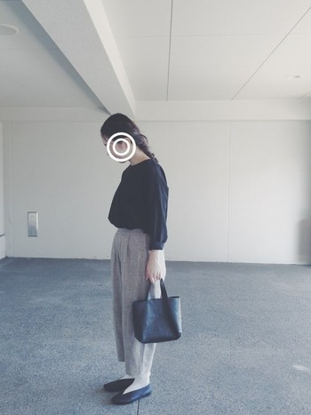 バッグとシューズにレザーのアイテムを取り入れた、きちんと感のあるコーディネート。ベージュのパンツが全体をやわらかな雰囲気にまとめてくれていますね。