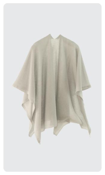 「tate」は、長方形のニット地の中心から縦方向にスリットを入れた羽織タイプのポンチョ。