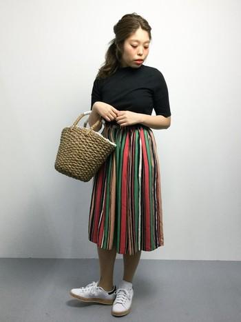 明るめカラーがたくさん入ったマルチカラーを、スカートにポイント使い。シンプルな黒のトップスならどんなカラーにも合わせやすく、全体を引き締めてくれます。