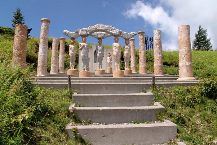 作者が自身の作った作品の中に入りたいという思いから生まれたという、どこかギリシャの神殿を思わせる佇まいの作品。