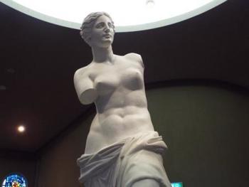 ヨーロッパの古城を思わせる展示場内にはかの有名な「ミロのヴィーナス」など六体のヴィーナス像が展示されています。
