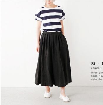 ボリュームのある黒スカーチョはインパクト大。そんな時はリネン素材の物を選べば◎。キレイに広がるシルエットが素敵ですね。