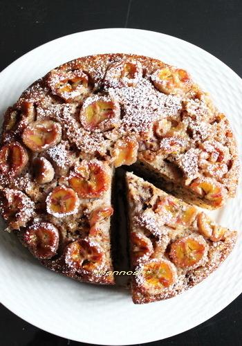 バナナの甘さにクルミの香ばしさがピッタリのケーキ。メープルシロップの風味も素朴さを出しています。ストウブで焼くと生地はふんわりしっとり。コーヒーによく合いそうですね。
