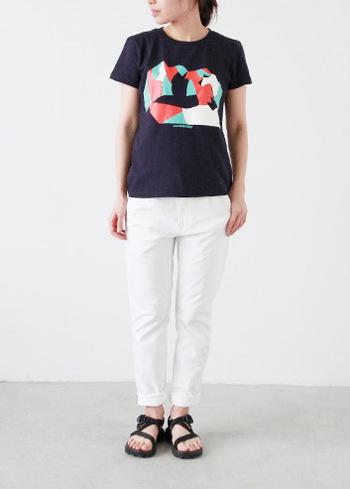 ポップな印象の柄Tシャツも黒ベースなら、こんなにスタイリッシュ。