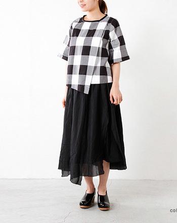 ロング丈スカートは透け感ある素材選びがオススメ。アシンメトリーなシルエットも軽さを演出してくれます。