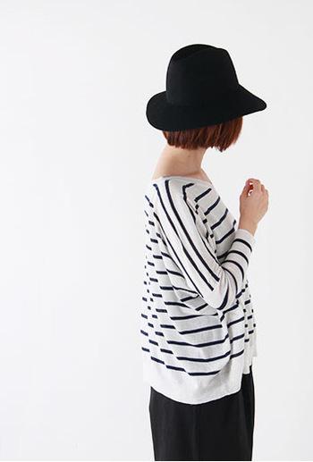 夏帽子なのに黒?と思うならツバの広いデザインを選んでみて。女優ハットのように品良く日差しをカットする雰囲気あるコーディネートが楽しめます。