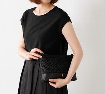 夏のナチュラルスタイルにかかせないラフィアバッグも黒ならこんなに洗練された印象です。