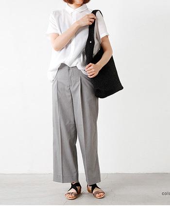 ポイントで黒を使うならバッグがオススメ。白×グレーの淡いスタイルがこんなに引き締まってまとまります。