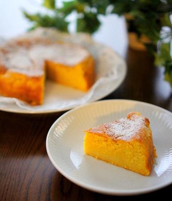 すりおろしたにんじんが入った、体にも良さそうなケーキ。色もキレイですね♪お子さんにも食べさせてあげたいふわふわのケーキです。