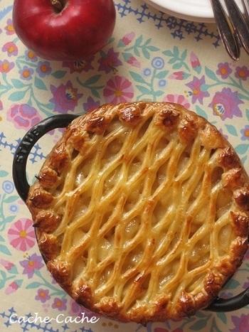 ベビーウォックは浅めの両手鍋。ちょっとした煮物やパエリアなどにも使えて便利です。浅めの特徴を生かしてアップルパイやタルトを作るのもおすすめ。面倒な生地は冷凍のパイシートで手軽に作ります。