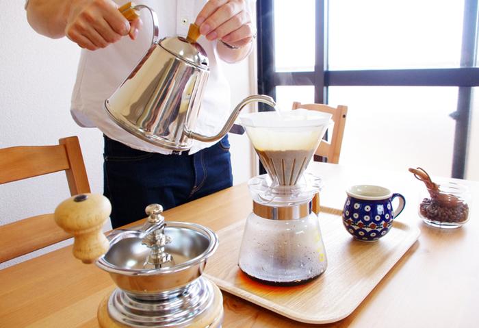 毎日の暮らしにコーヒーは欠かせない!という方、とても多いんじゃないでしょうか。今やコーヒーの道具は、おいしいコーヒーを淹れるだけのアイテムに留まらず、キッチンなどに置いて目で楽しむインテリアとしても注目を集めています。コーヒーをていねいに淹れることが身近になり、道具もどんどんおしゃれで機能的に進化していますよね♪