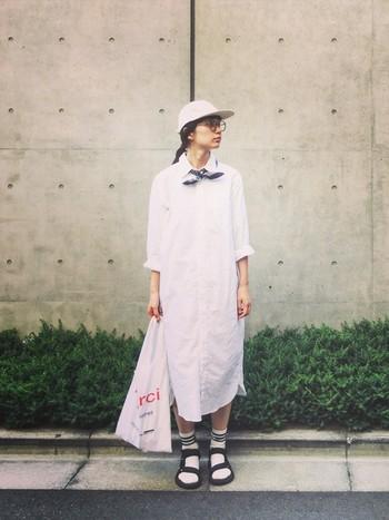 シンプルなシャツワンピースは、一枚で着てもカジュアルに決まります。小物もホワイトで統一した、爽やかで夏らしいお散歩スタイル。