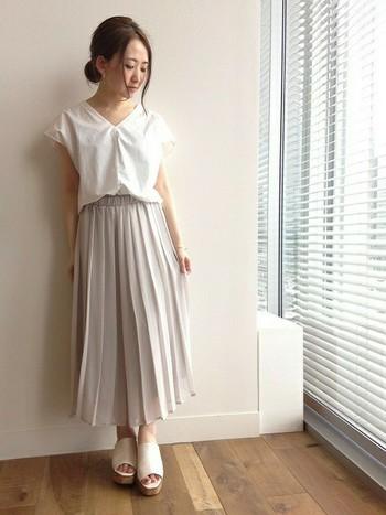 """今季注目を集めている""""抜けシャツ""""は、オフィスで大活躍すること間違いなしのアイテム。淡い色でまとめて、女性らしく柔らかな着こなしに。"""