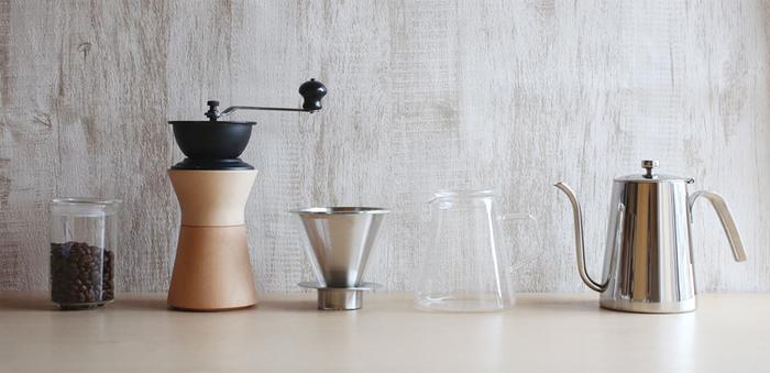 コーヒーを愛する人にとって、美しく並んだコーヒーの道具たちはとてもいとおしいもの。長年使っていて仕方なく取れなくなったシミはご愛嬌ですね☆今家にあるコーヒー器具はどんな状態でしょうか。毎日のおいしいコーヒーのためにお手入れも楽しんでみてくださいね!