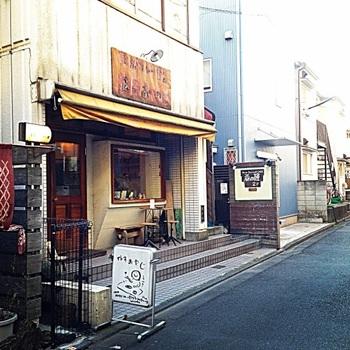 下北沢駅から歩いてすぐの路地裏にある老舗カレー店。新しいカレー店のオープンが相次いでいる下北沢において、20年以上愛され続けているお店です。