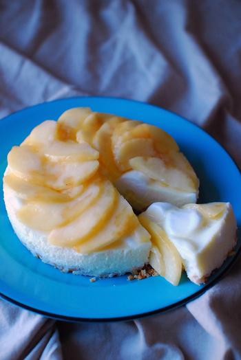 ゼラチンの代わりにマシュマロを使うというアイデアのチーズケーキ。桃も美味しそうですが、色々なフルーツでアレンジを試してみたいです。