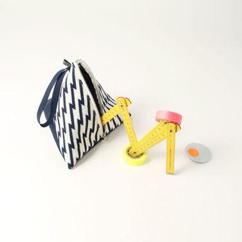 ジグザグ模様がかわいい、三角形のポーチ。鞄の中でバラバラになりがちな、小さな小物を入れるのにピッタリ。そのまま、インテリアとして飾ってもかわいいですね!