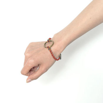 夏になると、手首のおしゃれが断然気になります!日本の伝統工芸「組み紐」のような、オリジナリティー溢れたアイテムで、周りと差をつけて♪