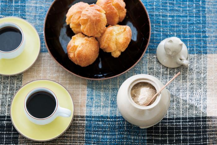 昔からなくてはならない甘味料であるサトウキビを使ったきび砂糖のおすすめの食べ方は、コーヒーなどに入れること。そうすると、やわらかな甘みを感じられるのだそう。 えぐみがなく、上品なまろやかさが際立っているので「インスタントコーヒーもブルーマウンテン」というキャッチフレーズが付けられています。  いつもの食卓の上が素朴な味わいの陶器にほっこりと和み、まろやかなきび砂糖の甘みに思わず笑顔になるはず。贈られた方も、この素敵なセットに顔をほころばせてくれることでしょう。