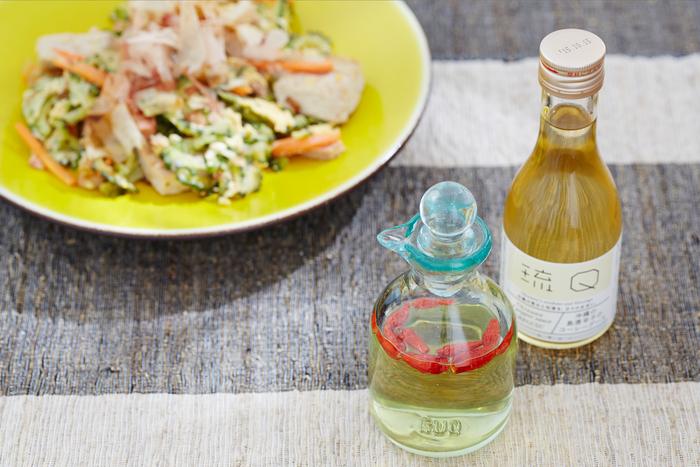同じく「琉Q」から、まろやかな口当たりとピリッとした辛さを持つ調味料「コーレーグース」と、明治時代から製造されていたと言われる吹きガラスの工芸品「琉球ガラス瓶」のセットをご紹介。  コーレーグースは沖縄の家庭では古くから愛され続けている調味料で、沖縄そばの薬味としてはもちろん、そばや素麺にかけたり、炒め物に加えたりと、隠し味に使えばぐっと料理に深みが出ます。 沖縄の海を思わせる「琉球ガラス瓶」は、コーレーグースを入れて使うときに液ダレしない親切設計。ぽってりとしたぬくもりある佇まいです。