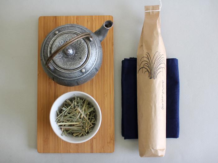 爽やかですっきりとした風味が夏に合う、無農薬有機栽培のレモングラス茶。レモングラスは、アーユルヴェーダで「冷やすハーブ」と言われ、夏バテにも効果があるのだそう。他にも、眠気覚ましや消化促進にもよいとされています。 自然に近い形でお届けいたしますので、1~2cmにカットし、葉を軽く手で揉んで新鮮な香りを楽しんでください。 ホットはもちろん、きりっと冷やしてアイスでもおいしくいただけます。