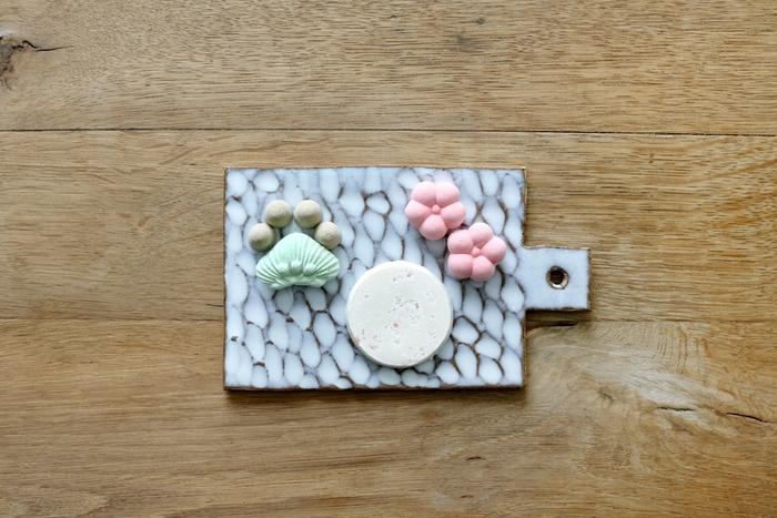 日本の風景を、季節ごとにきりとった【わさんぼん日和】。こちらの「春の和三盆びより」は左から、松と山(プレーン・ほうじ茶)・お日様(桜)・梅(プレーン)。どんなカタチと味の和三盆が発売されるのか、毎シーズン楽しみなシリーズです。