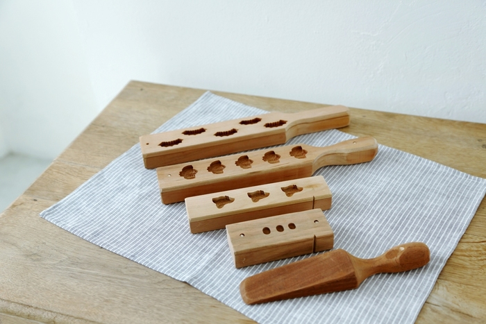 アイデアを出し合いながらデザインされる「HIYORI」オリジナルの木型。この木型から、機械では出せない、手彫りならではの温もりを感じる和三盆が作られるのです。