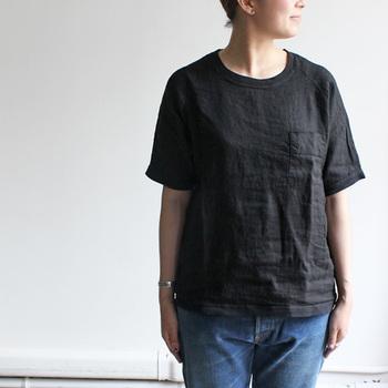 【リネンコンビポケットTee)】  コットン100%のTシャツに比べると、柔らかい印象のリネンTシャツ。洗いのかかった麻素材で、重く感じがちなブラックも軽やかな雰囲気に。