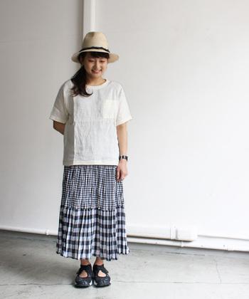 デニムはもちろん、ふんわりとしたスカートとの相性も◎麦藁帽子とあわせれば、ナチュラルな夏スタイルの完成です。肘が隠れるくらいの袖丈と、ゆったりとしたシルエットでリラックス。