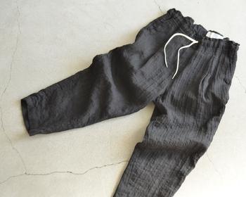 【リネン異番手ストライプドビーパンツ】  ドビー織機で織りあげられた風合い豊かな生地。肌触りが優しく、ついつい出番が多くなりそうなアイテム。