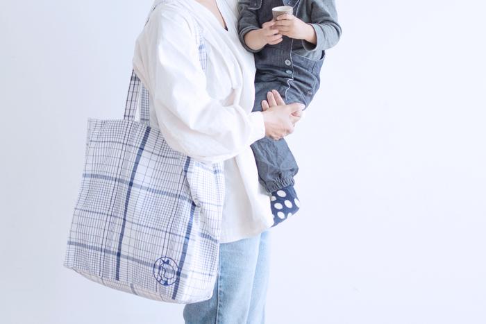 【リネントートバック】  最近人気のイヤマちゃんにもリネンのバッグが登場です。コットンとリネンの混紡素材でマチありとマチなしの2種類。カラーはブルーチェックとホワイトチェックの2カラー。どちらも青と白でとっても爽やか♪