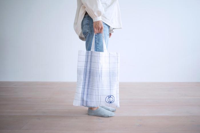 こちらは「マチなし・ホワイトチェック」。イヤマちゃんのマークが引立つデザイン。コンパクトに折りたためるので、お買い物バッグとしてもおすすめです。