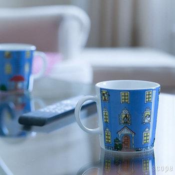 フィンランド生まれの人気者、ムーミン。最初のムーミン童話「小さなトロールと大きな洪水」の出版70周年記念に作られた、ファンにはたまらないマグカップです。ムーミン一家が住むムーミンハウスが全面に描かれ、玄関や窓から、ムーミンと家族、仲間たちがこちらを覗いています。