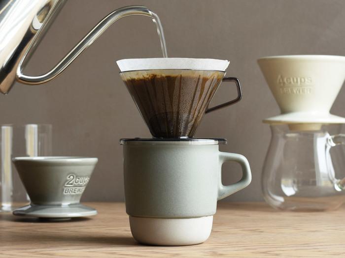 KINTOのブリューワー(2杯用)もぴったりと安定してのせることができ、一人用のドリップセットとしても使える優れもの。 スローな時間とおいしいコーヒーを、こだわりのマグカップと一緒に楽しんで。